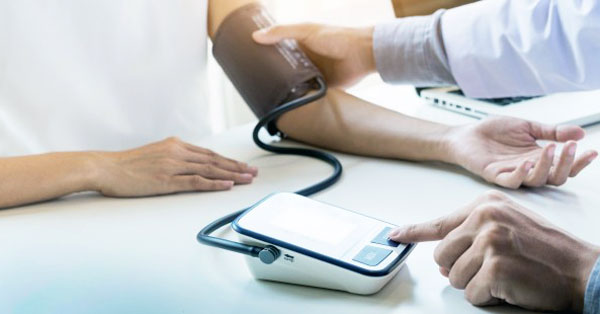 magas vérnyomás és puffadás